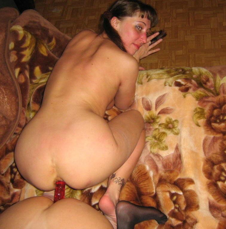 Жена извращенка развлекается с подругой и сосёт член мужа 7 фото