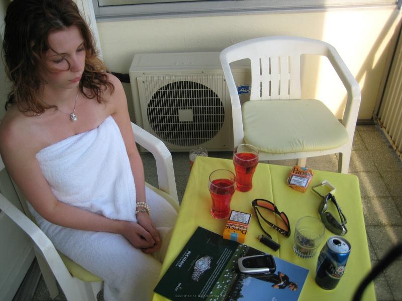 Молодая девка с голыми сиськами лежит в кровати с парнем 1 фото