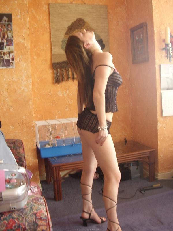 Телка меряет комплекты нижнего белья перед подругой на ковре 5 фото