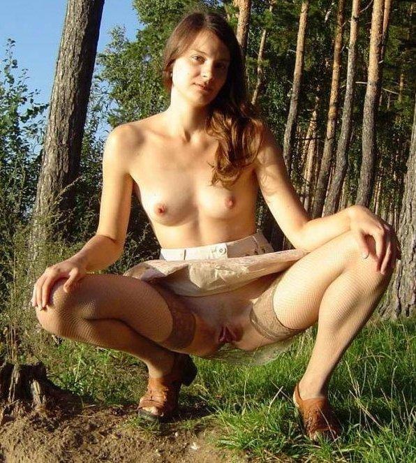 Похотливая славянка светит киской на природе и дома 3 фото