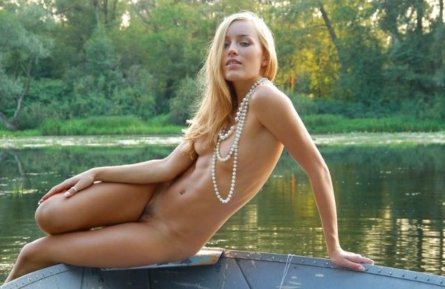 Голая славяночка плавает в лодке на речке 15 фото