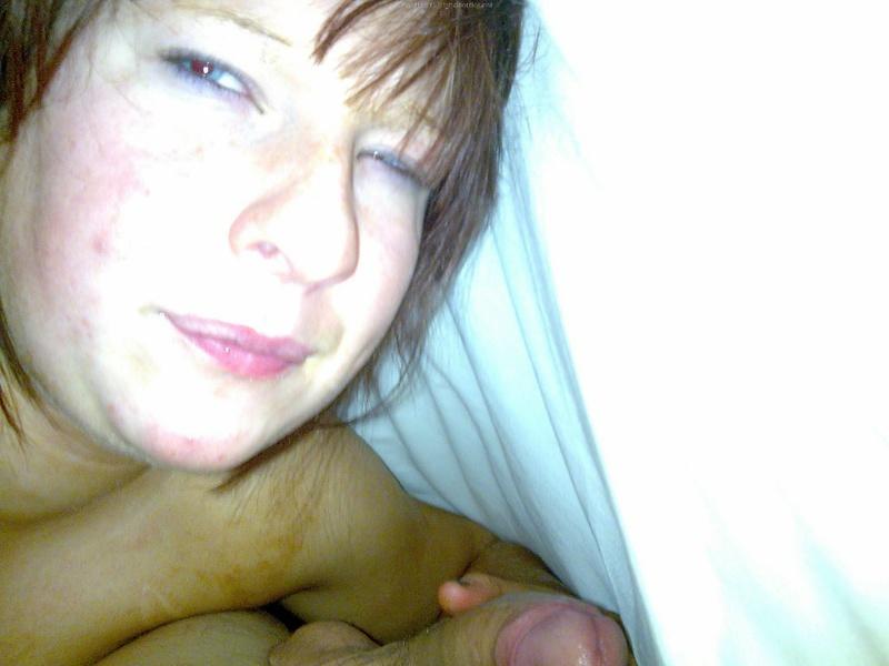 Пышная мамка в красном белье легла на кровать 10 фото