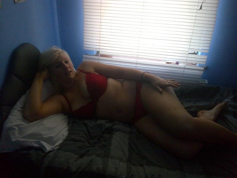 Пышная мамка в красном белье легла на кровать 3 фото