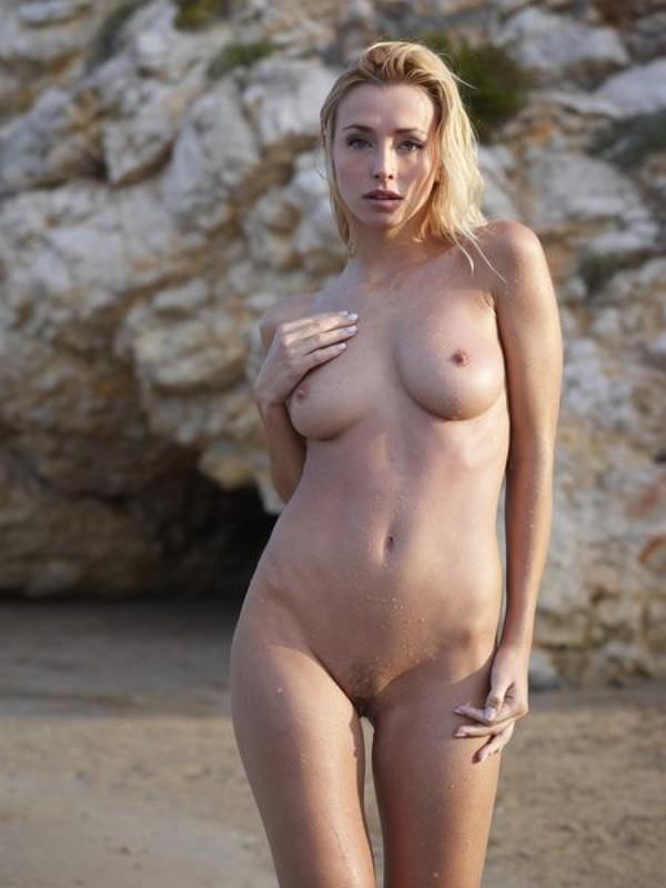 Взрослая блонда с пышным бюстом позирует на пляже после купания 2 фото