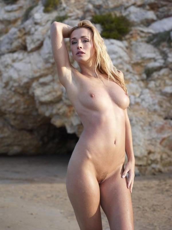 Взрослая блонда с пышным бюстом позирует на пляже после купания 12 фото
