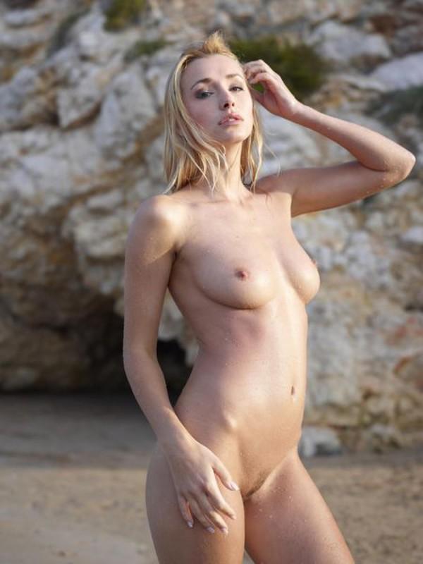 Взрослая блонда с пышным бюстом позирует на пляже после купания 7 фото