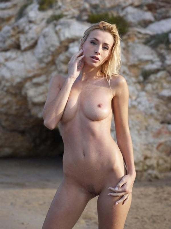 Взрослая блонда с пышным бюстом позирует на пляже после купания 14 фото