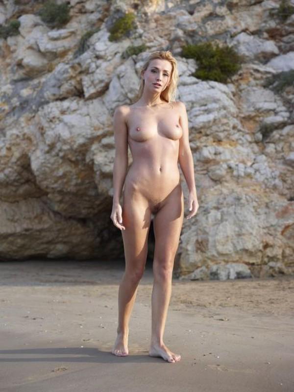 Взрослая блонда с пышным бюстом позирует на пляже после купания 8 фото