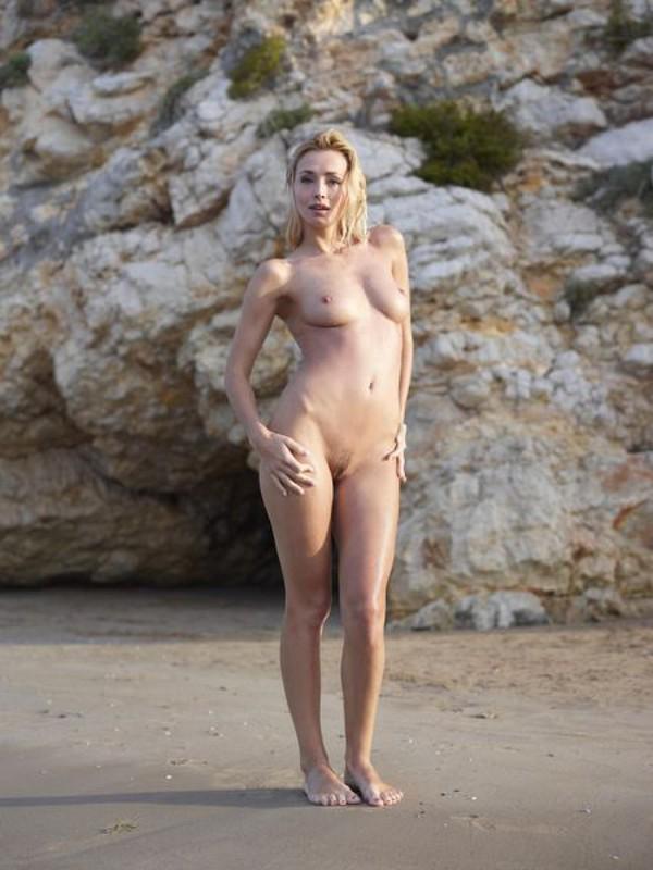 Взрослая блонда с пышным бюстом позирует на пляже после купания 4 фото