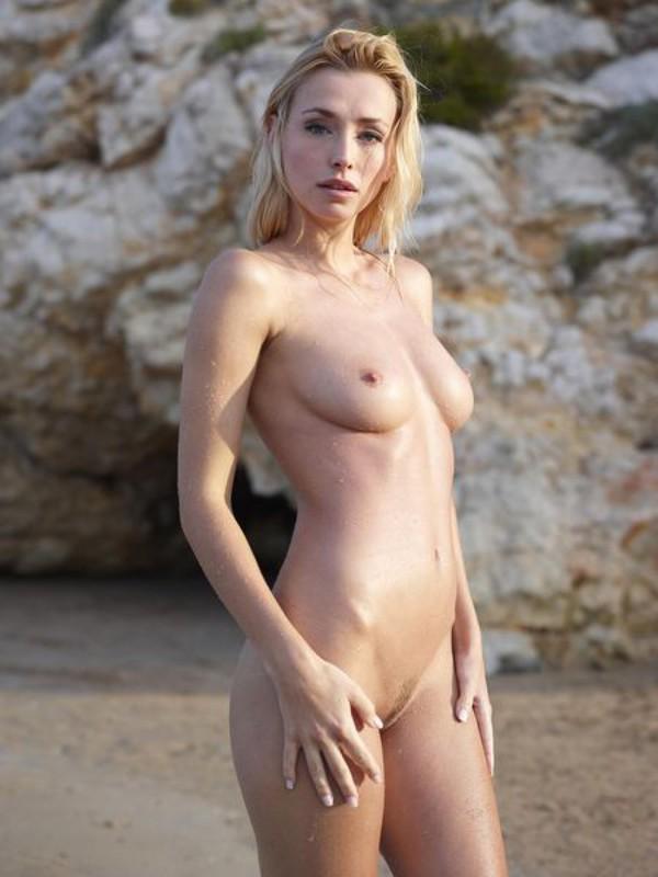 Взрослая блонда с пышным бюстом позирует на пляже после купания 17 фото