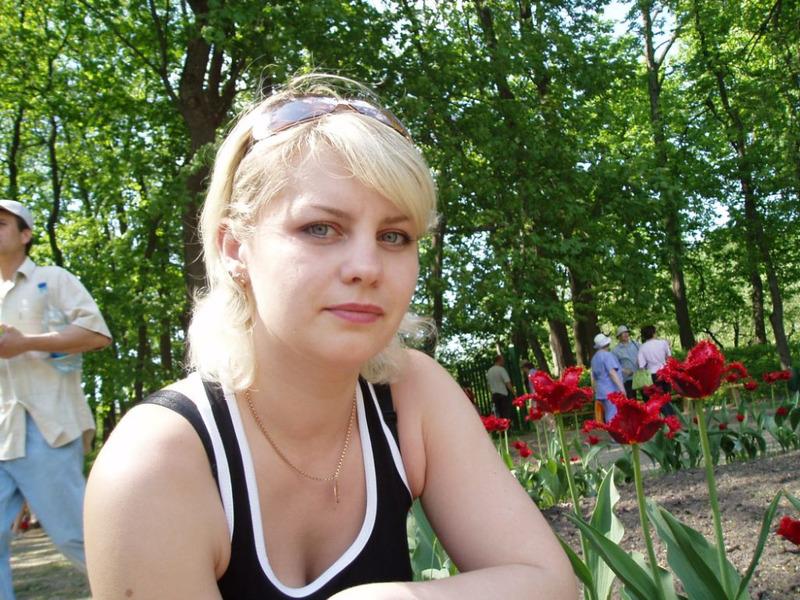 Русская блондинка с натуральными сиськами позирует на природе 1 фото
