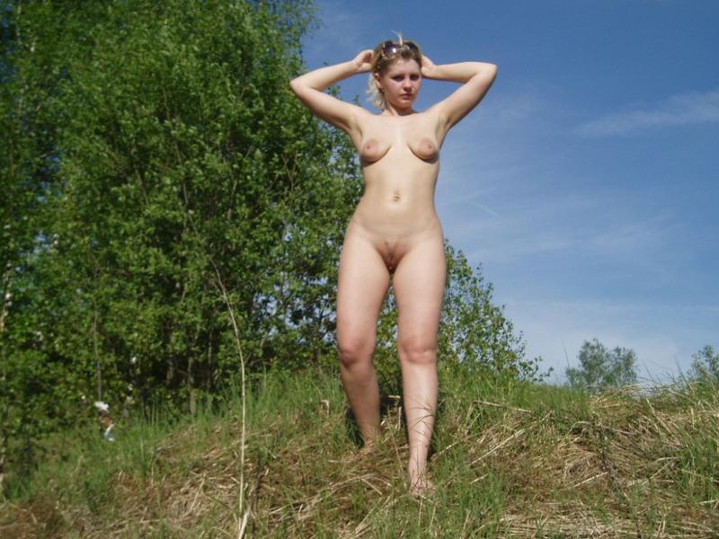 Русская блондинка с натуральными сиськами позирует на природе 13 фото