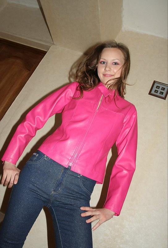 Похотливая шатенка сняла розовую куртку и джинсы на камеру 2 фото