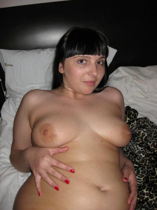 Полная брюнетка демонстрирует голое тело своему любовнику дома 4 фото