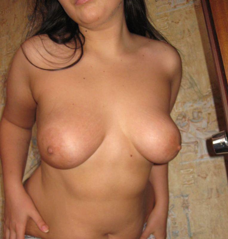 Полная брюнетка демонстрирует голое тело своему любовнику дома 14 фото