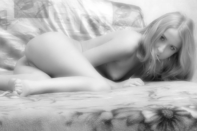 Черно-белые картинки красивой молодой девушки 20 фото