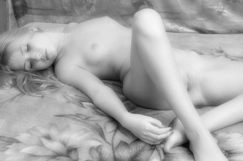 Черно-белые картинки красивой молодой девушки 14 фото
