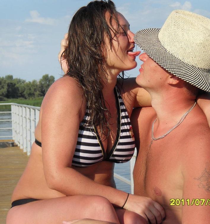 Сисястая брюнетка позирует на берегу реки 3 фото