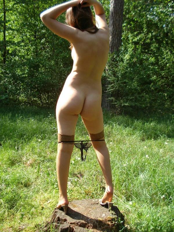 Молодая девка в чулках позирует голая на природе 3 фото