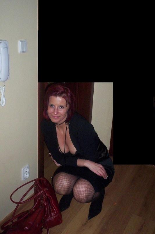 Мамка с красными волосами меряет чулки и сосет любовнику член 1 фото