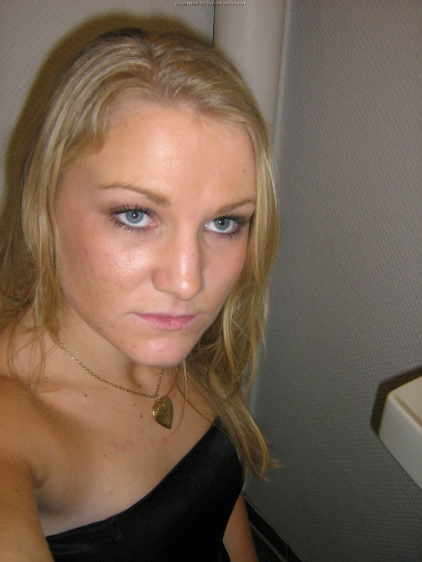 Русская блондинка разделась и делает селфи в туалете 1 фото