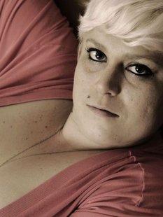 Татуированная толстая блондинка крупным планом