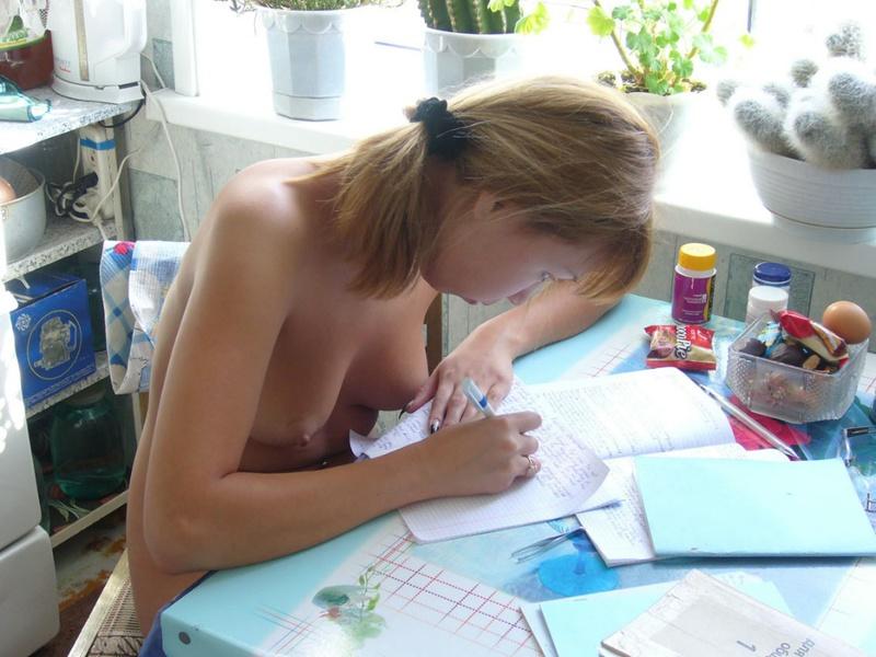 Узбекская студентка принимает ванную и переписывает лекции голая 19 фото