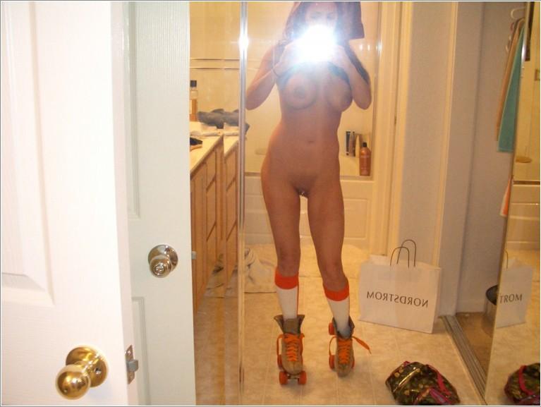 Откровенные селфи девушек перед зеркалом 13 фото