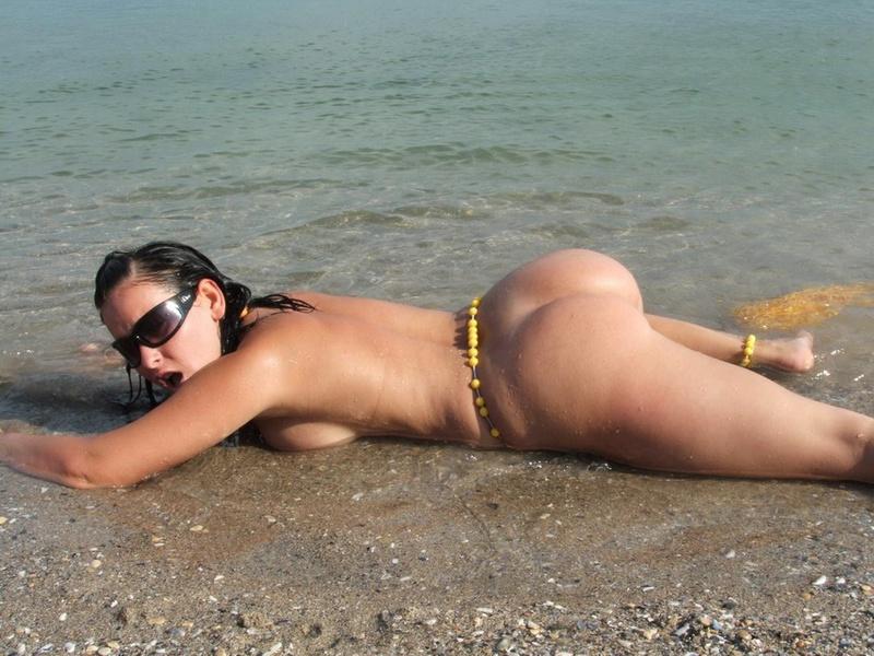 Грудастая модель позирует голой на берегу моря 12 фото