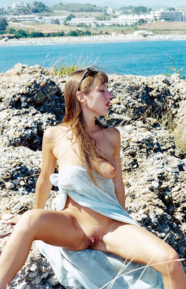 Брюнетка из 90х показывает свои прелести и трахается 9 фото