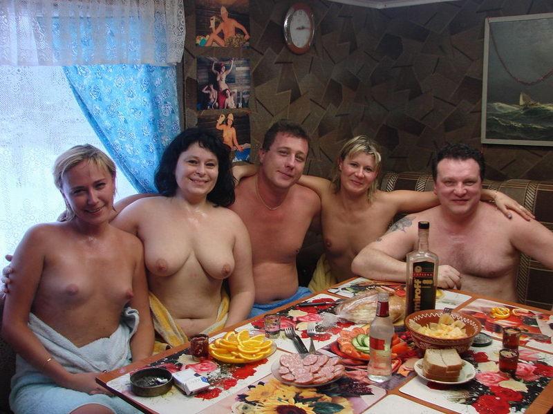Голые бабы выпили и сходили с мужиками в русскую баню 1 фото