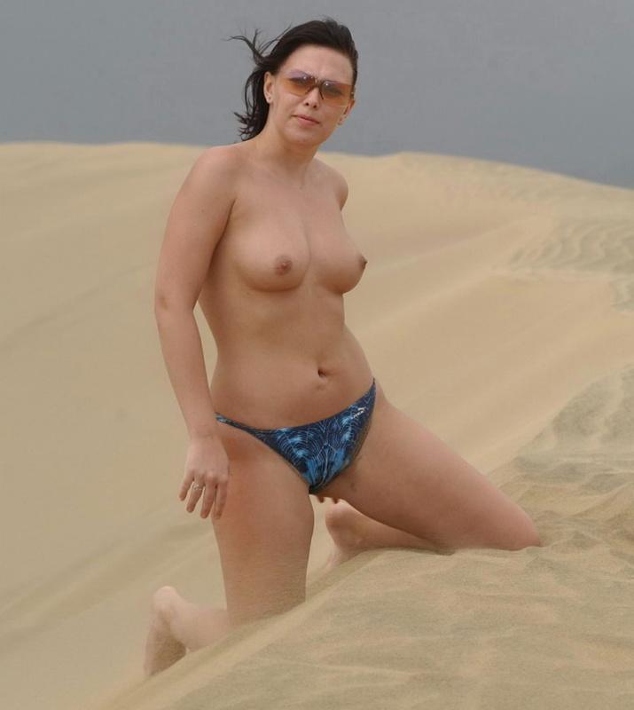 Мамка в пустыне без трусиков 5 фото