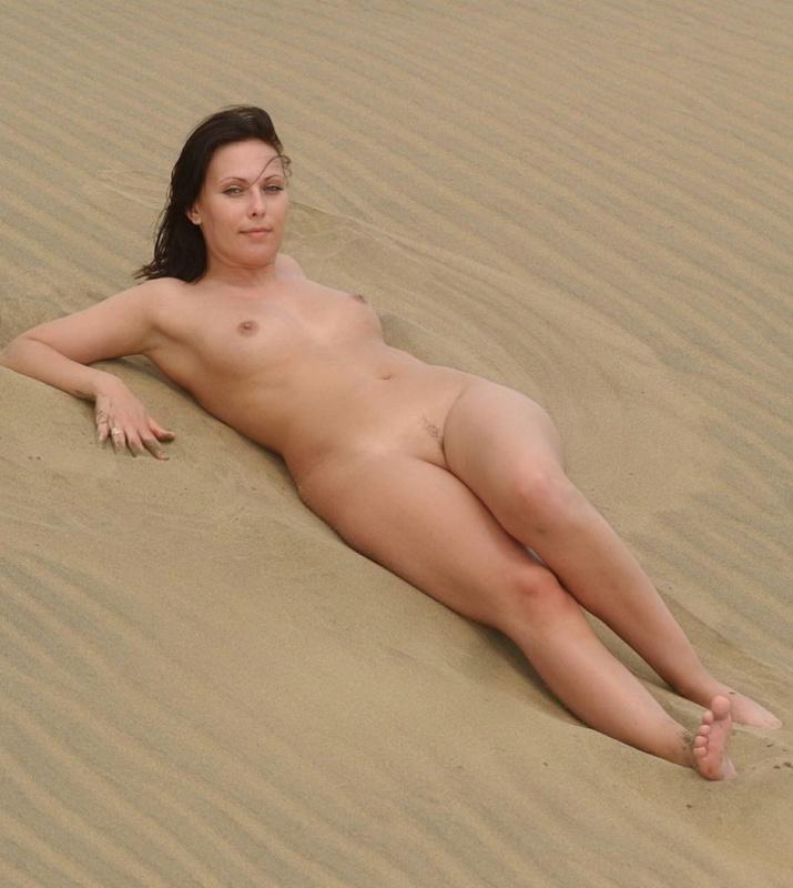 Мамка в пустыне без трусиков 8 фото