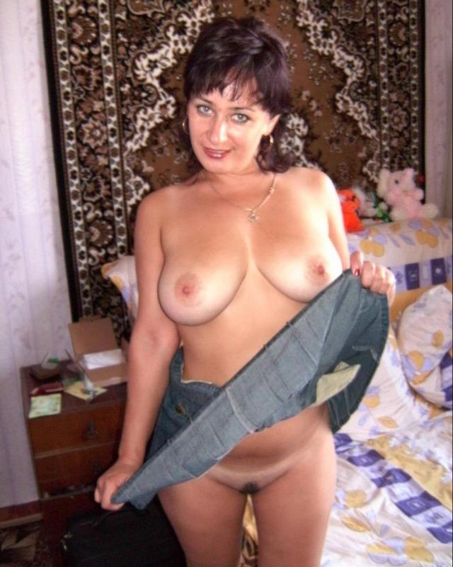 Русская жена в юбке показывает большие сиськи мужу на камеру 7 фото