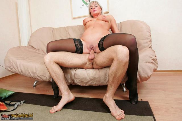 Зрелка в чулках трахается с парнем дома на диване 9 фото