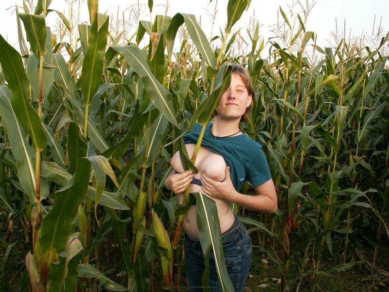 18летная девушка из деревни трахает киску кукурузой в поле 5 фото