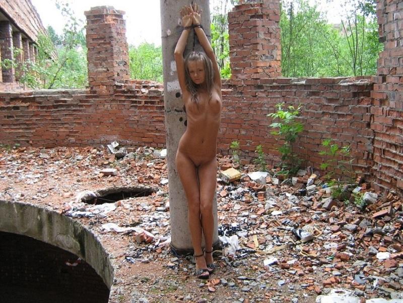 Игривая девушка разделась на стройке 17 фото
