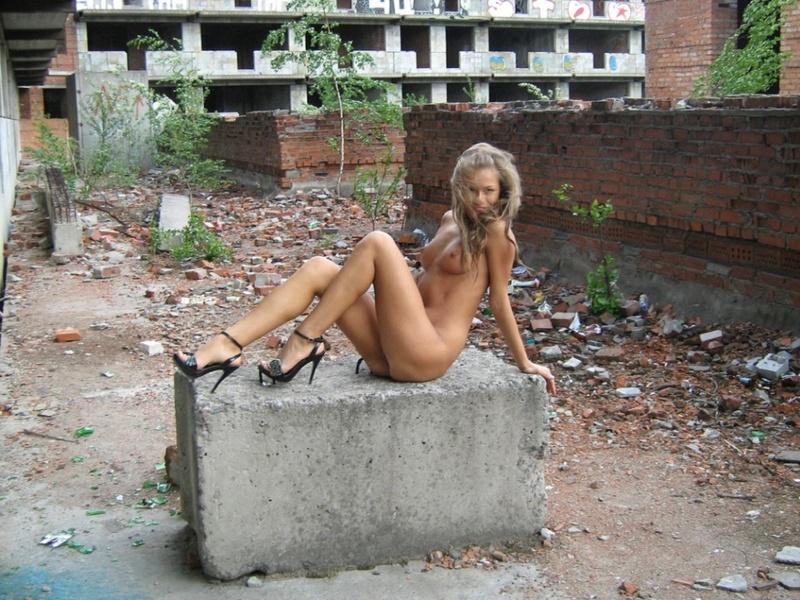 Игривая девушка разделась на стройке 16 фото