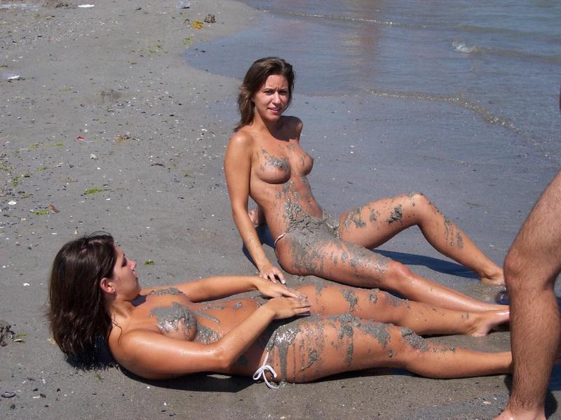 Туристки снимают лифчики на пляже и мажут голые тела песком 21 фото