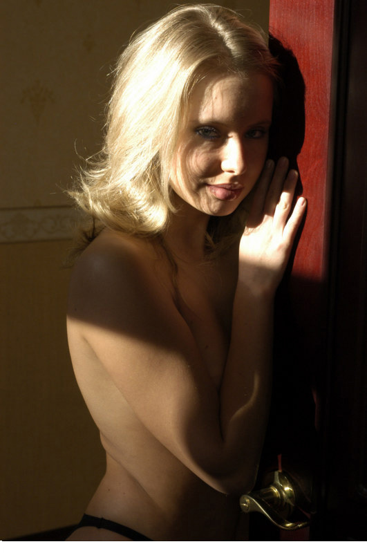 Привлекательная девка показывает свою щелочку в гостиной 12 фото