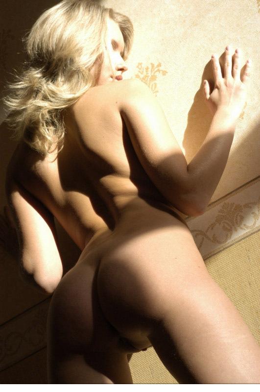 Привлекательная девка показывает свою щелочку в гостиной 14 фото