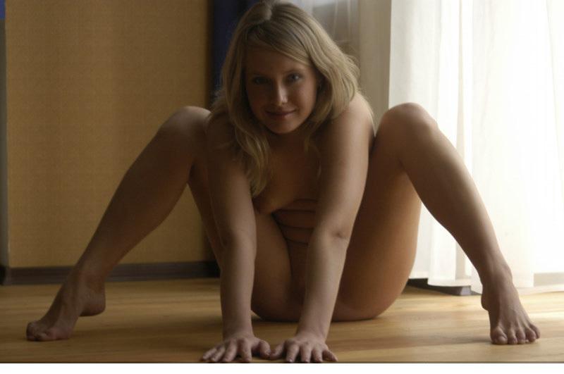 Привлекательная девка показывает свою щелочку в гостиной 6 фото