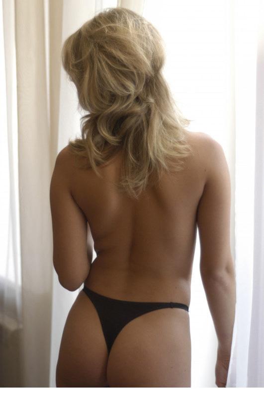 Привлекательная девка показывает свою щелочку в гостиной 11 фото