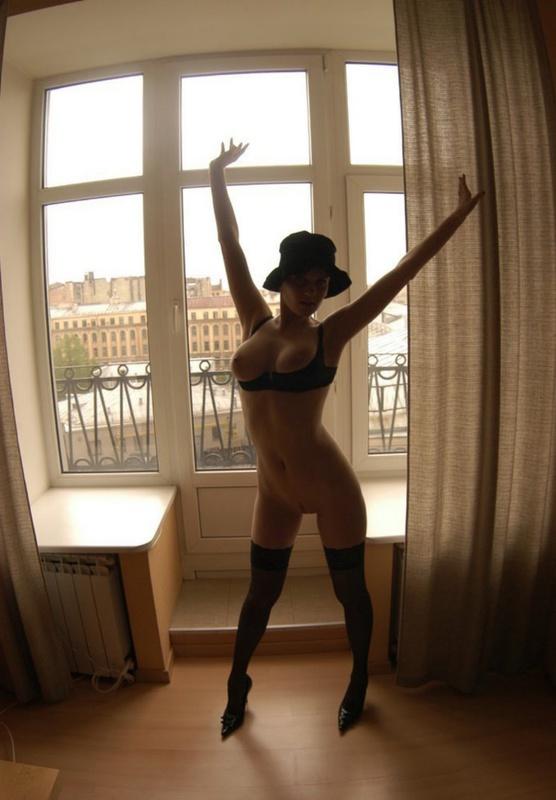 Французская женщина в шляпе показывает свою сексуальность 1 фото