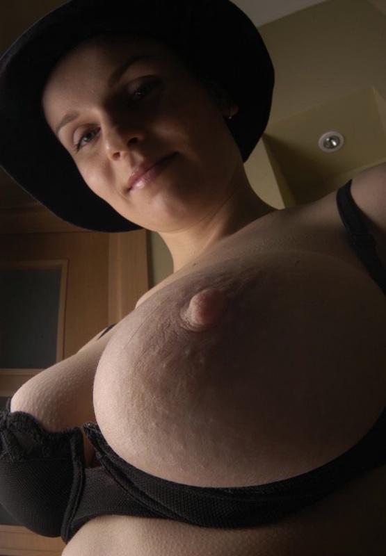 Французская женщина в шляпе показывает свою сексуальность 9 фото