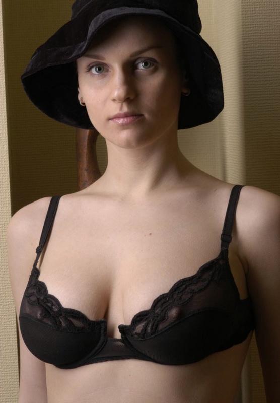 Французская женщина в шляпе показывает свою сексуальность 10 фото