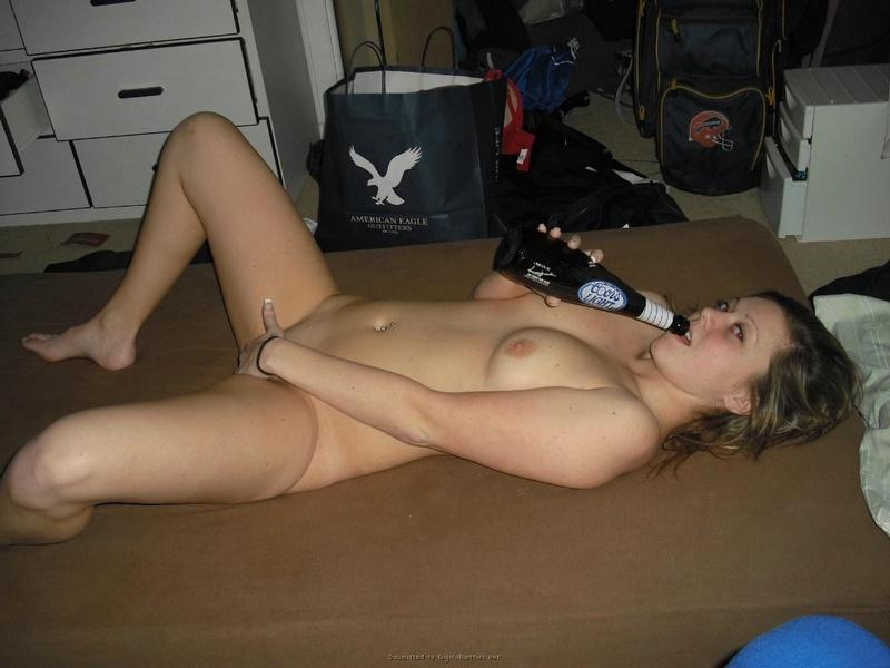 Девушка возбуждает парня киской и сосёт ему член перед трахом 17 фото