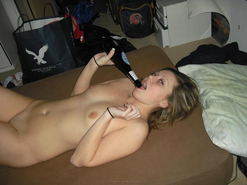 Девушка возбуждает парня киской и сосёт ему член перед трахом 16 фото