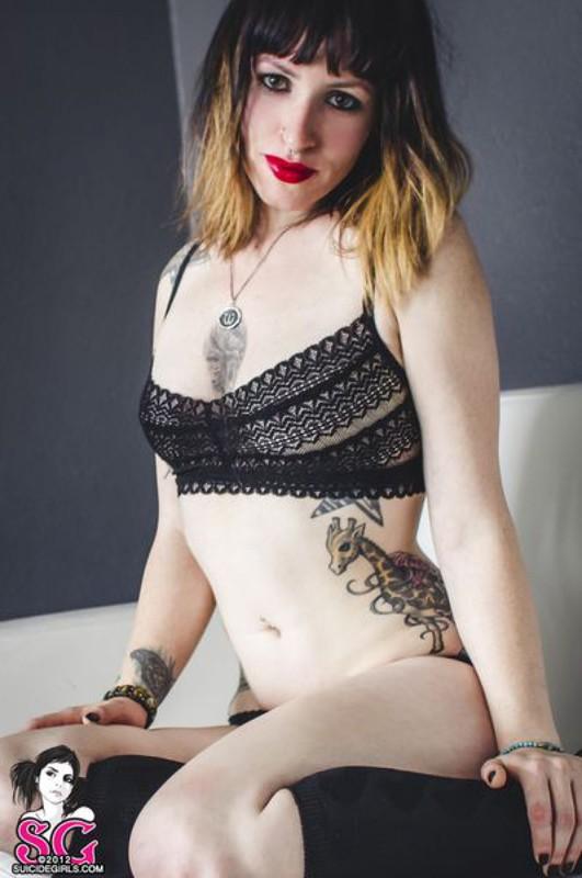 Стильная неформалка демонстрирует татуировки 17 фото