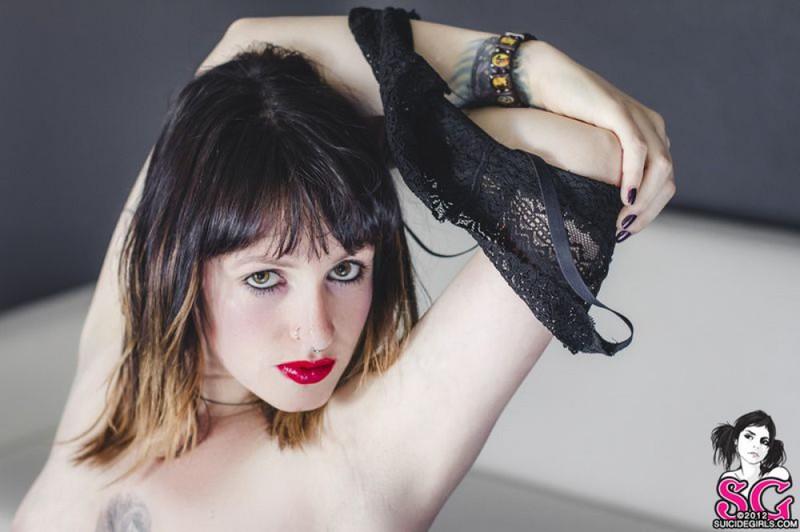 Стильная неформалка демонстрирует татуировки 12 фото